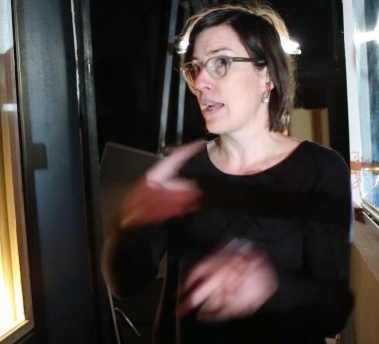 Lavastussuunnittelija Sattva-Hanna Toiviainen Tyttö nimeltä Varpu -elokuvan studiokulisseissa