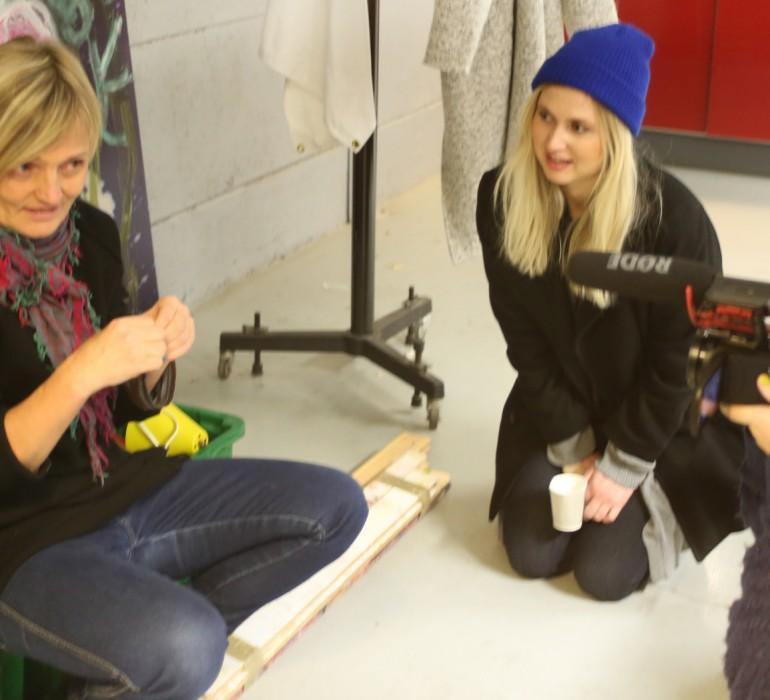 Puvustussuunnittelija Tiina Kaukasen haastattelu Tyttö nimeltä Varpu -elokuvan kuvauksissa.