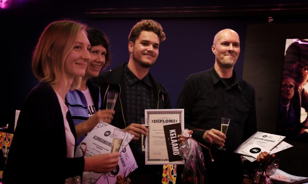 Vinnaren har lätt att le! Årets AFF 2016 pristagare från vänster till höger: Heidi Lindén för filmen Täg me in Tinder (lokalserie), Hanna Hovitie för filmen Miles to Go Before I Sleep (juryns hederspris), Fabian Munsterhjelm för filmen Copycat (Kelaamo-pris) och Kari Paananen för filmen Napoleon ja minä (inhemsk serie och publikens favorit).