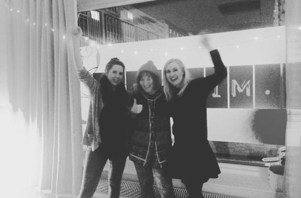 Från vänster Kelaamos Maria, regissör Anna-Mari Nousiainen och Kelaamos Hanna.