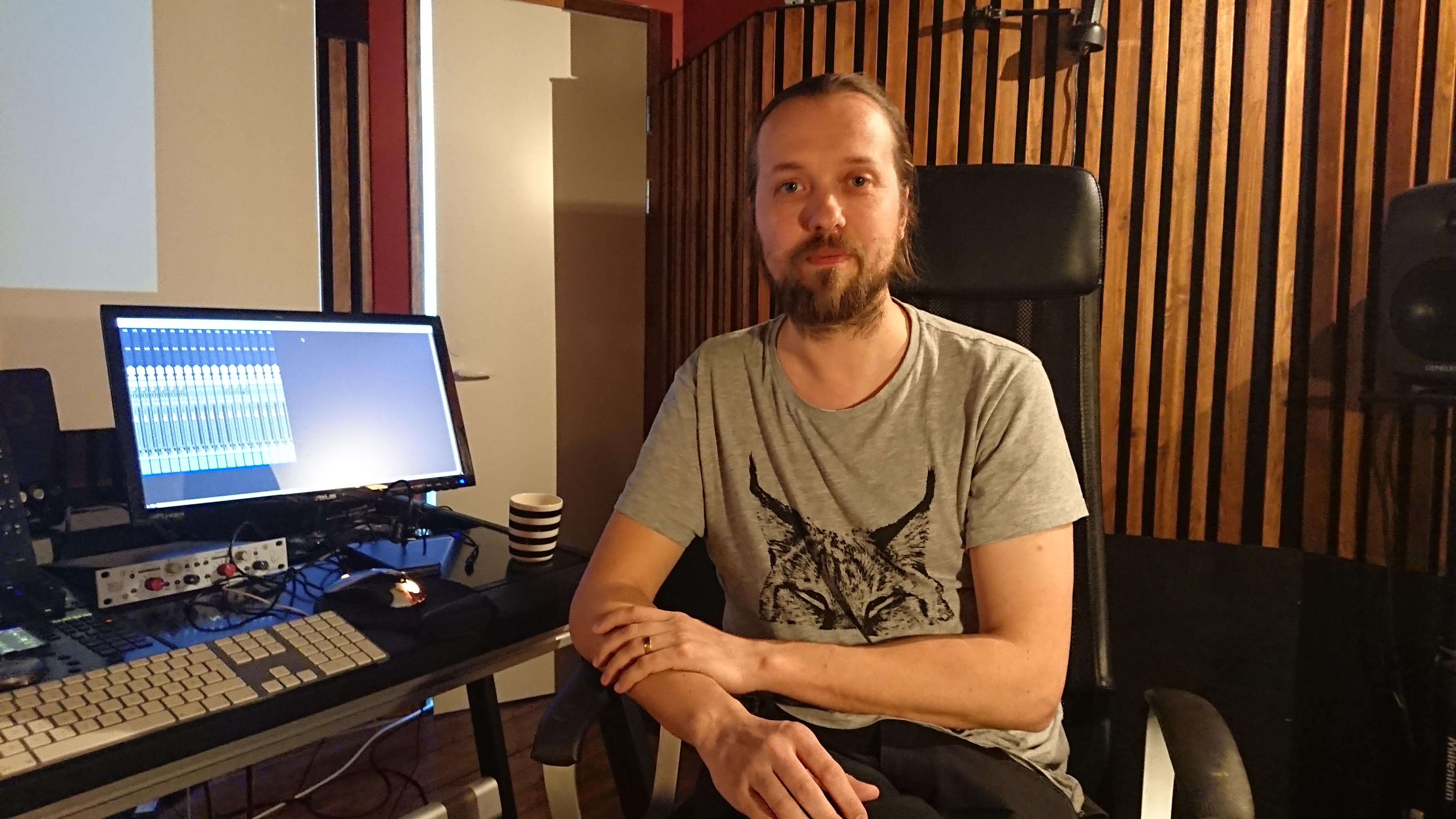 Äänisuunnittelija Pietu Korhonen tietokoneen vierellä työtilassaan