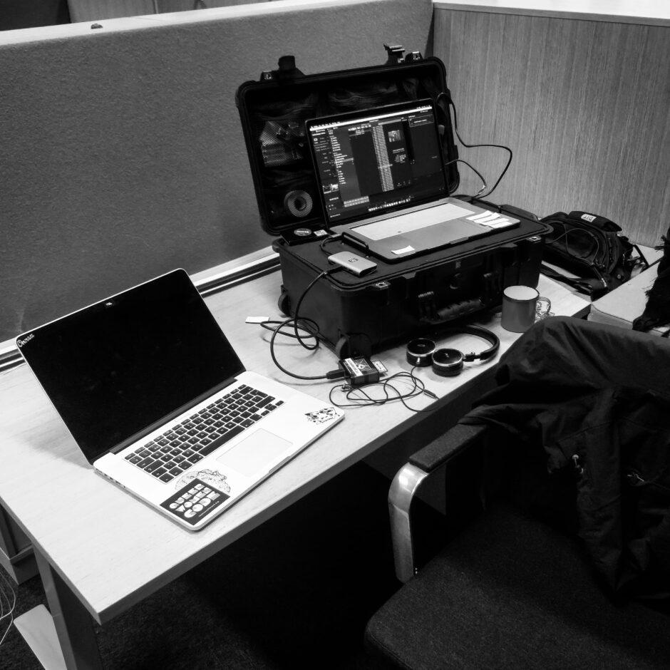 DIT Kerttu Jaatisen pöydällä on paljon elektroniikkaa