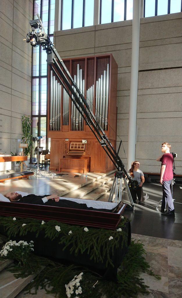 Musiikkivideonn ohjaaja Joona Möttö katsoo kraanaa, jolla kamera nostetaan ylhäältä kuvattavia kuvia varten