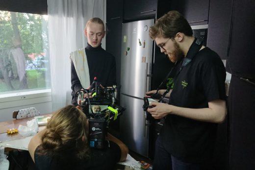 Musiikkivideon ohjaaja Joona Möttö katsoo monitorista, kun näyttelijä Santeri Helinheimo Mäntylää kuvataan