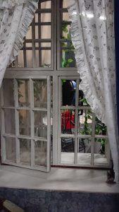 lavasteen ikkunasta näkyy lavasteen takana olevaa studiota