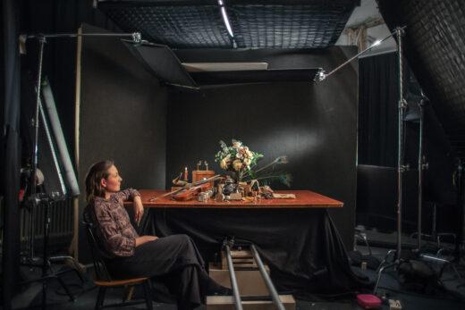Neiti Aika -elokuvan ohjaaja Elina Talvensaari ja elokuvan päähenkilölle kuulunutta esineistöä