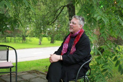 Espoo Cinen ohjelmistopäällikkö Mickael Suominen istuu Kino Tapiolan terassilla