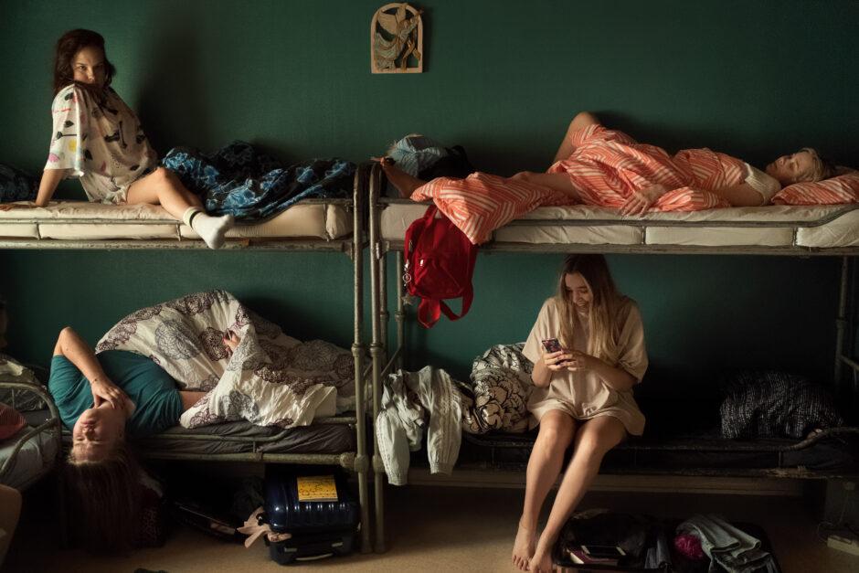 Eden -elokuvan still-kuvan rippikoulunuoria sängyissään