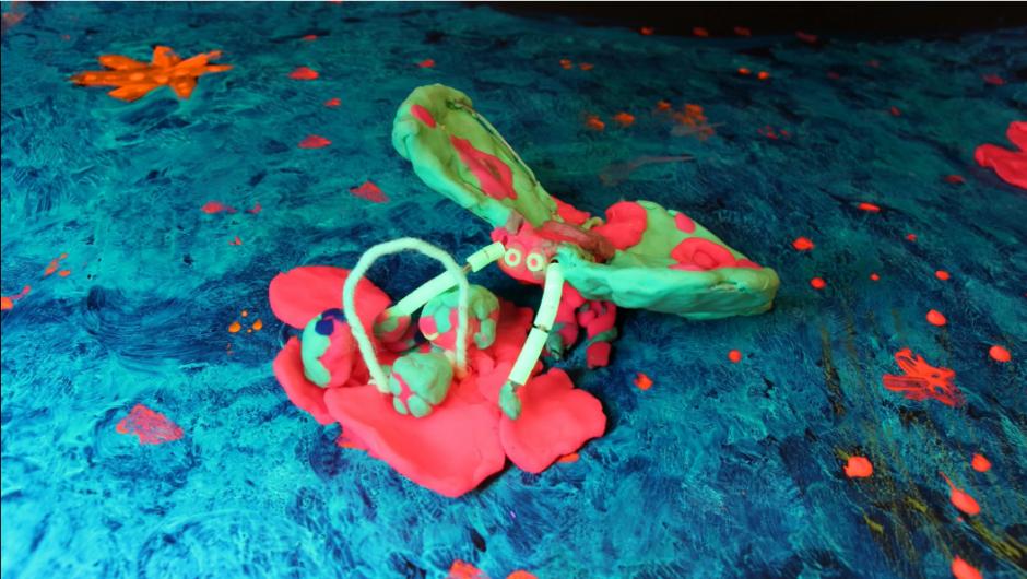 Kuvakaappaus Pölyttäjien matka -animaatioteoksesta: kuvassa on muovailuvahasta tehty perhonen.